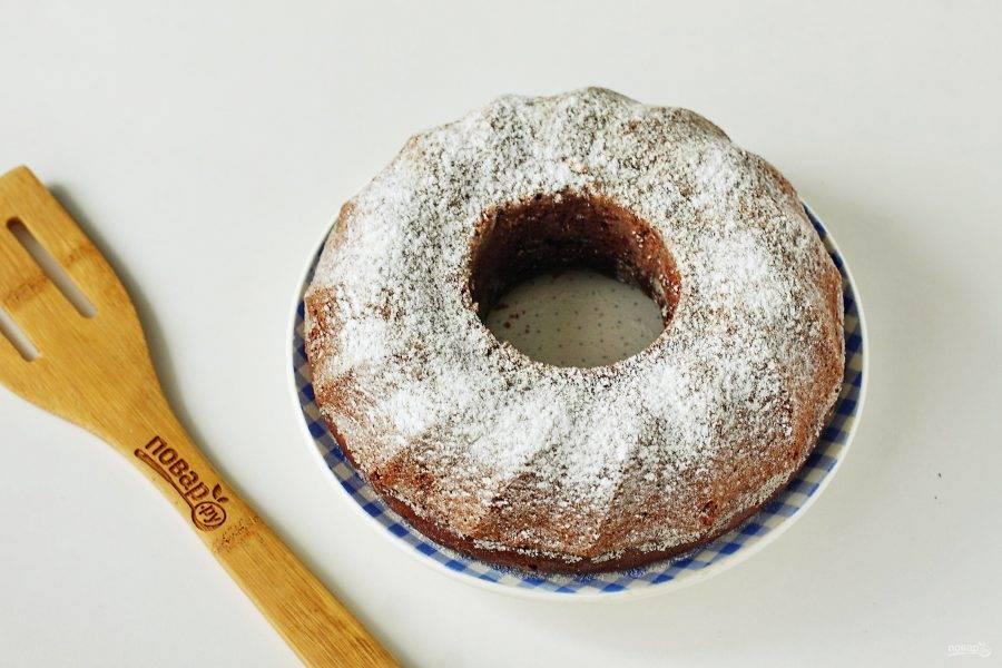 Готовый постный кофейный пирог сначала остудите в форме, затем аккуратно извлеките и по желанию посыпьте сахарной пудрой.