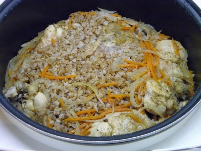 Ужин готов! Разложите блюдо по тарелочкам, украсьте зеленью и помидорами. Приятного аппетита!