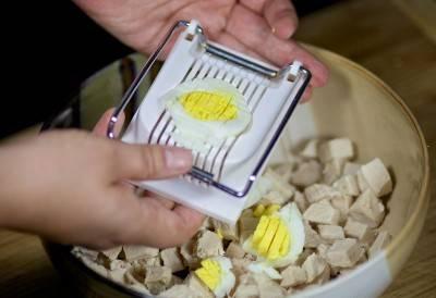 Яйца отварить и порезать.