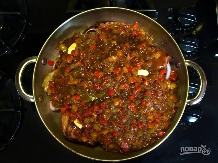 5. Теперь выложите грудинку. Далее влейте овощной соус и разложите целые зубчики очищенного чеснока.