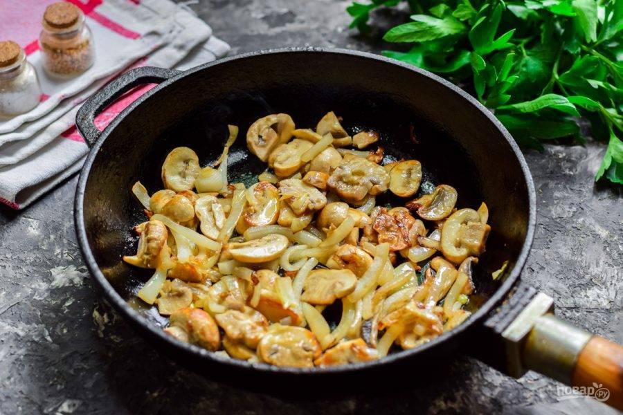 В сковороде разогрейте масло, выложите лук и грибы, жарьте 5-7 минут.