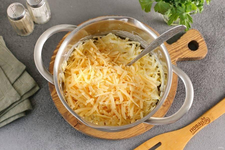 Сыр натрите на крупной терке, немного оставьте для верха, остальной добавьте к картофелю.