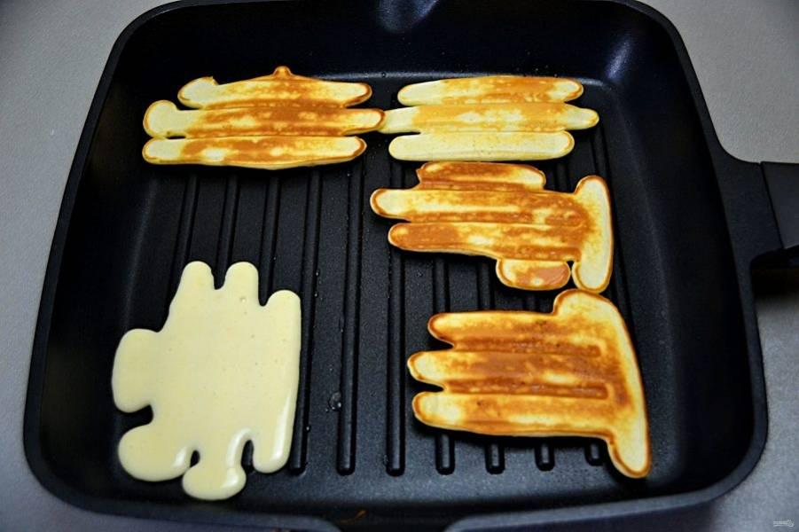 Сковороду гриль как следует разогрейте, смажьте один раз перед выпечкой растительным масло, наливайте небольшими порциями тесто и выпекайте вафли с обеих сторон.