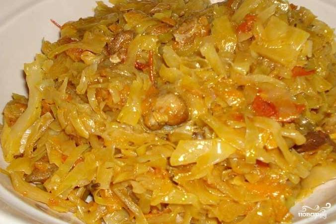 Квашеную капусту отжимаем от сока, добавляем к овощам на сковороде. Грибы(я брала шампиньоны) моем, режем на кусочки и тоже добавляем к овощам. Тушим 10-15 минут.