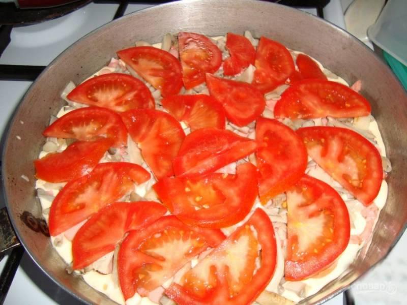 Сверху на грибы я кладу тонко порезанные помидоры.