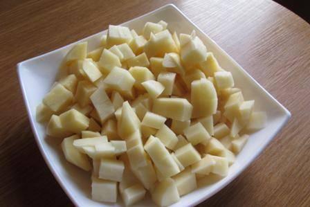Чистим картошку, моем и нарезаем на небольшие кубики.