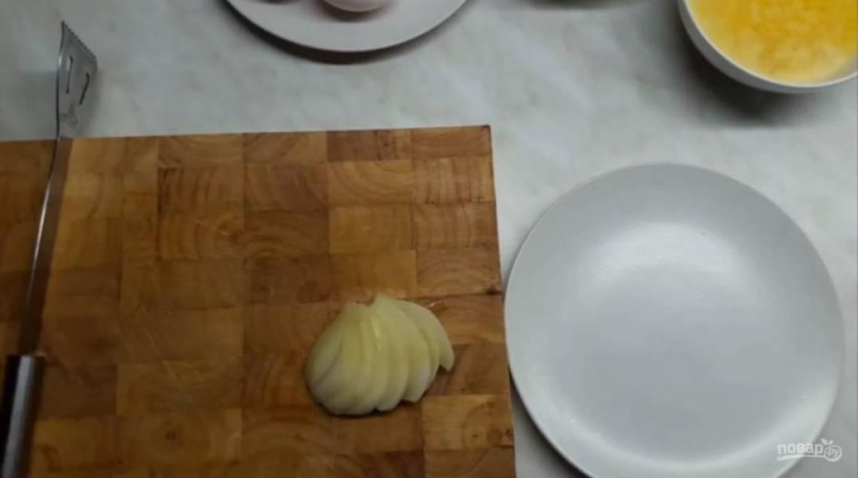 2. Затем на всех грушах сделайте надрезы в форме веера, не дорезая до конца. Просейте муку, добавьте разрыхлитель. Подготовьте форму: застелите ее пергаментной бумагой, смажьте ее растопленным сливочным маслом и присыпьте мукой.