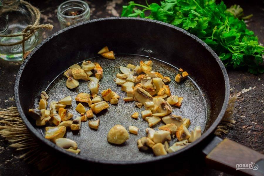 Шампиньоны ополосните и просушите. После нарежьте грибы небольшими кубиками. Прогрейте сковороду, смажьте маслом и выложите грибы, жарьте несколько минут.