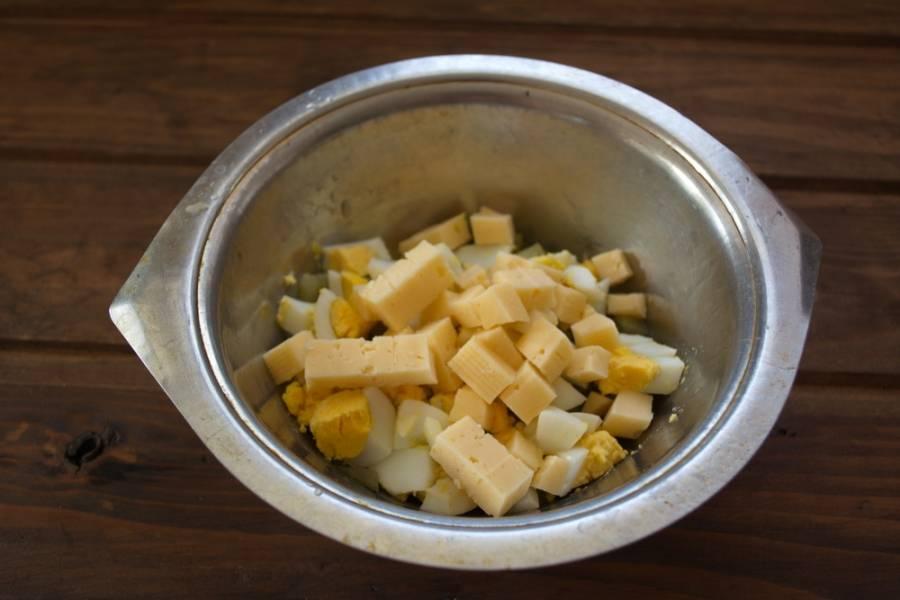 Для приготовления салата нарезаем кубиком твердый сыр любого сорта. Не берите слишком мягкие.