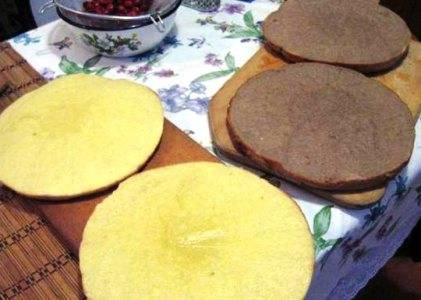 5.Выкладываем тесто в формы, смазанные сливочным маслом. Разогреваем духовку до 180 градусов и выпекаем наши коржи около 20 минут. Готовые коржи разрезаем по-вдоль на две части.