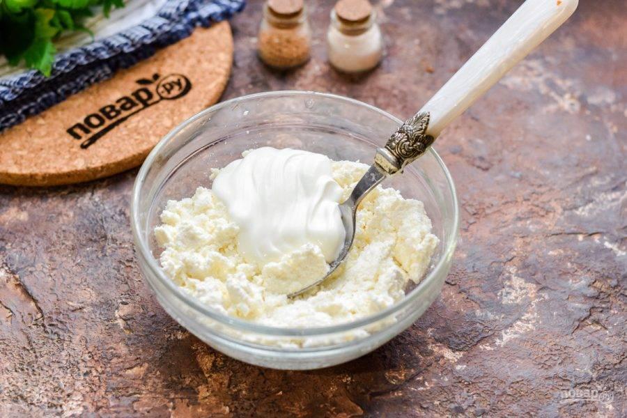Переложите в мисочку творожный сыр, добавьте сметану.