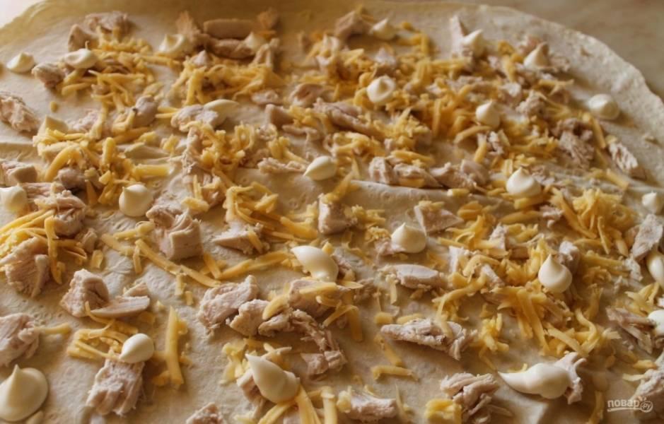 5.Сверху курочку посыпаю натертым сыром и немного перчу, по всей поверхности лаваша выкладываю капли майонеза (чтобы лаваш не был сухим).