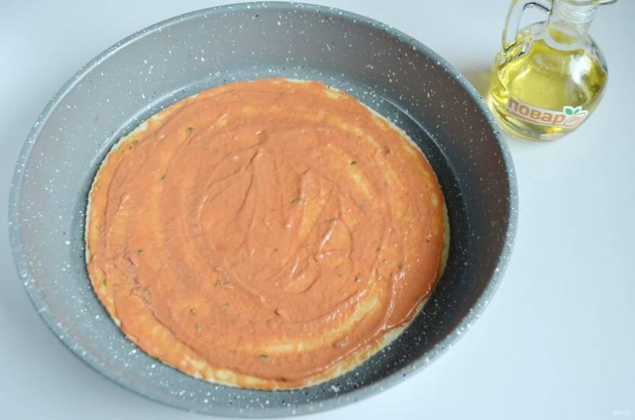 5. Раскатайте тесто в круг, выложите в форму для запекания, смажьте хорошо соусом (кетчуп+майонез).