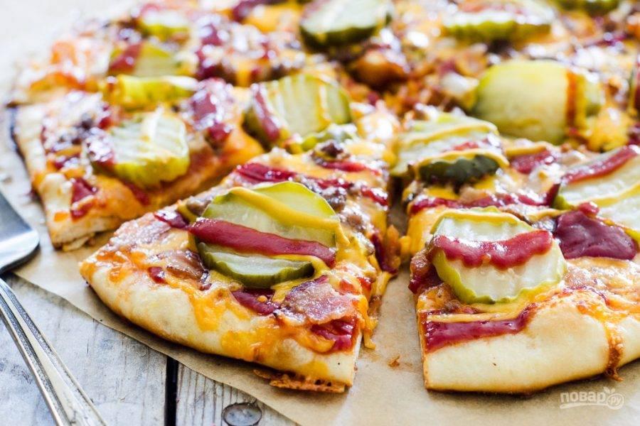 10.Переложите готовую пиццу на стол и разрежьте ее кусочками. Приятного аппетита!