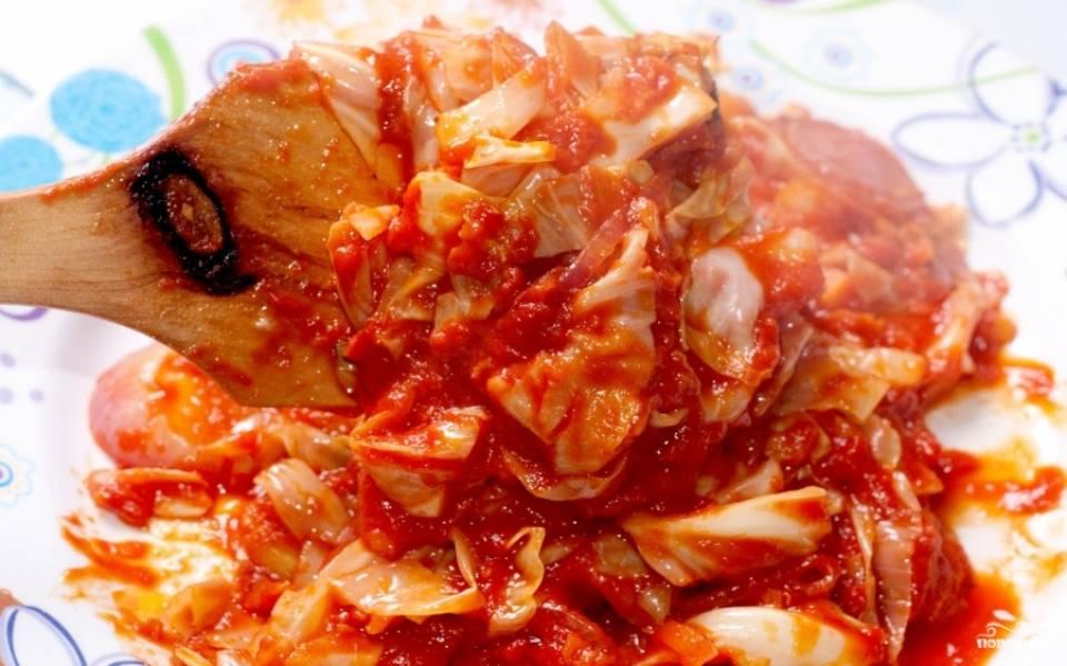 Тушёная капуста с томатной пастой подаётся горячей. Может быть как гарниром, так и основным блюдом. Приятного аппетита.