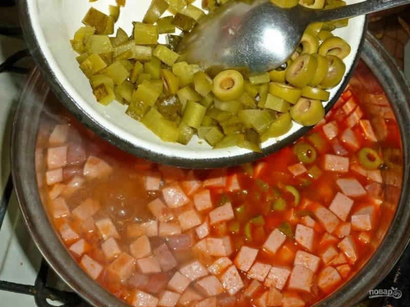 9. Колбаса варится недолго (минут 5), и в конце можно добавить нарезанные оливки.