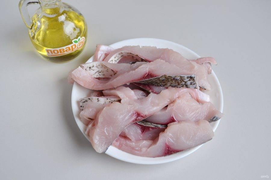 5. Рыбку порежьте на кусочки, толщина примерно 1,5-2 см.