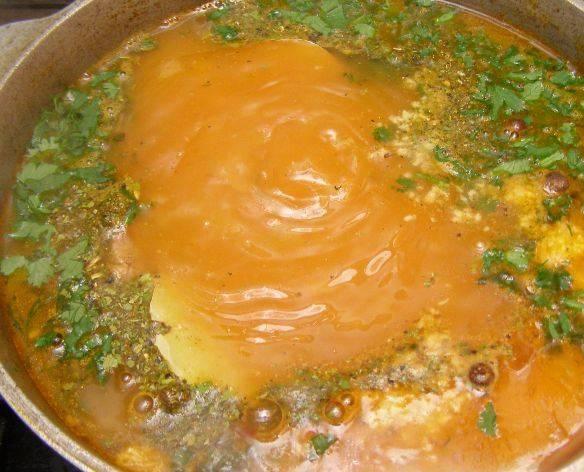 За 10 минут до окончания приготовления, добавляем зелень, измельченный чеснок и специи по вкусу.