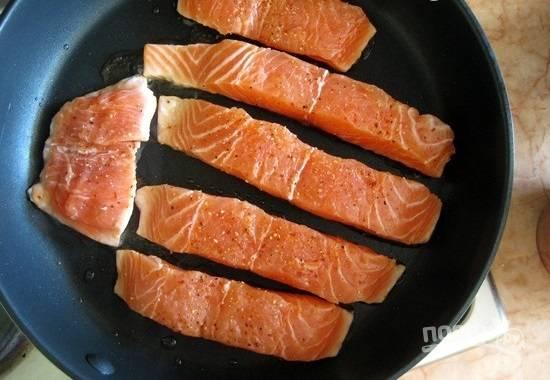 3.Сковороду ставлю на огонь, наливаю чуть-чуть подсолнечного масла и разогреваю. Выкладываю кусочки на раскаленную поверхность.