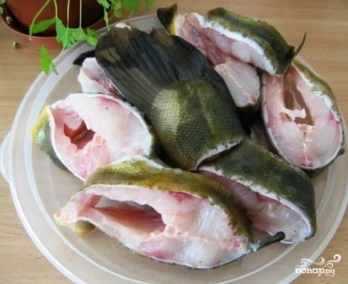 Рыбу посыпать смесью соли, сахара и перца и оставить на 5-10 минут.