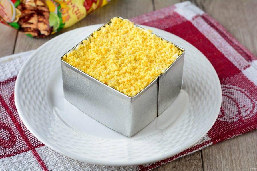 В конце присыпьте салат тертыми желтками.