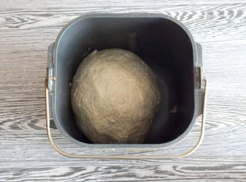 Как только тесто замесилось в комок, закройте крышку и дождитесь окончания процесса.