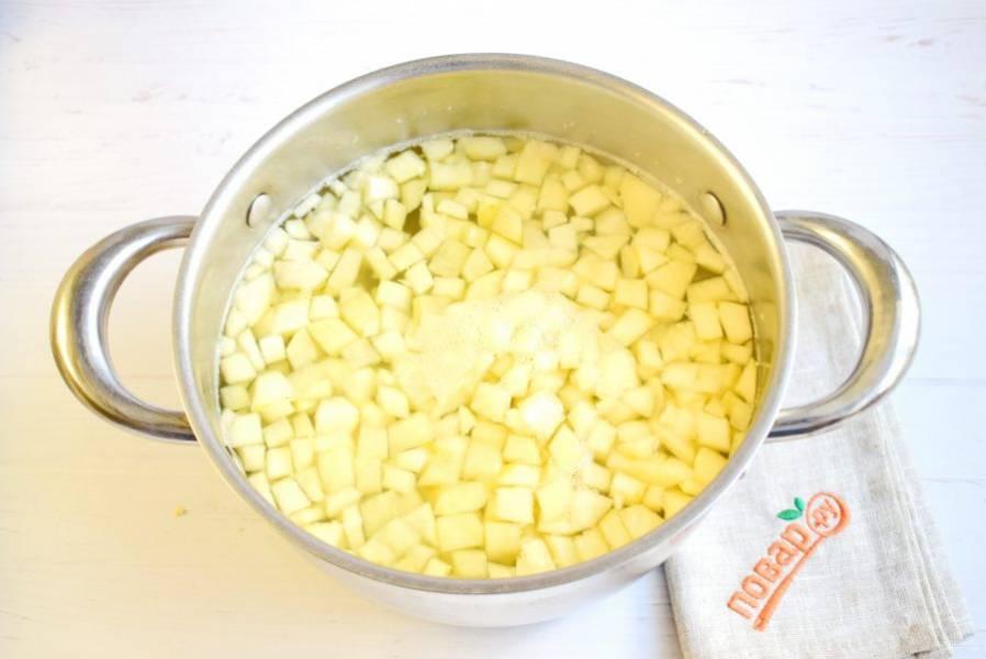 Яблоки очистите, нарежьте кубиками, опустите в кипяток на 5 минут, откиньте на дуршлаг. В яблочный компот добавьте по вкусу сахар и выпейте.