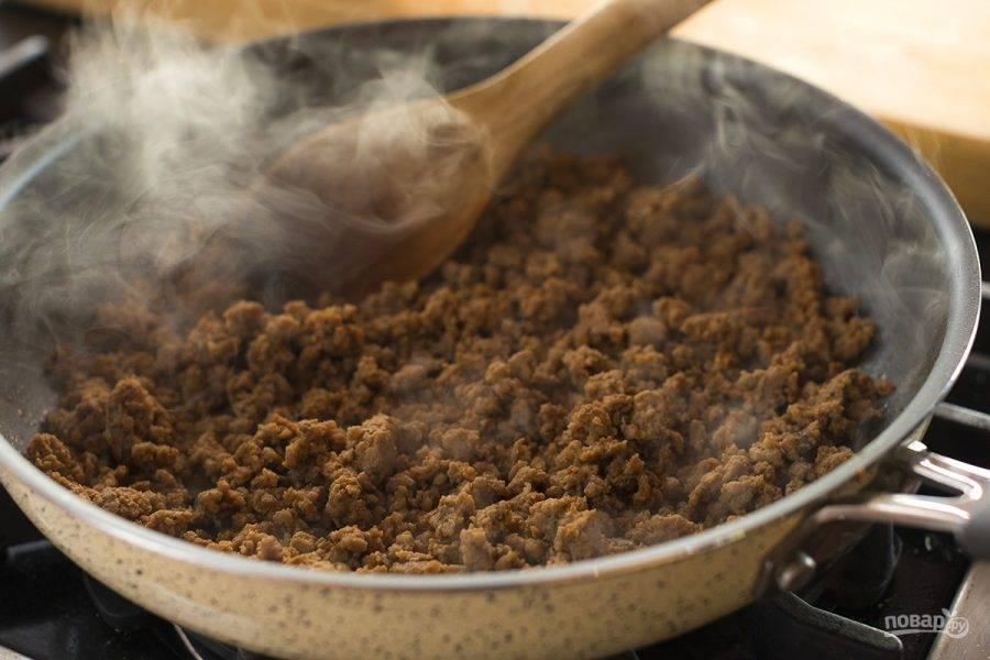 3. В сковороде смешайте фарш, чили порошок, соль, перец и тмин. Обжарьте фарш до коричневого цвета.