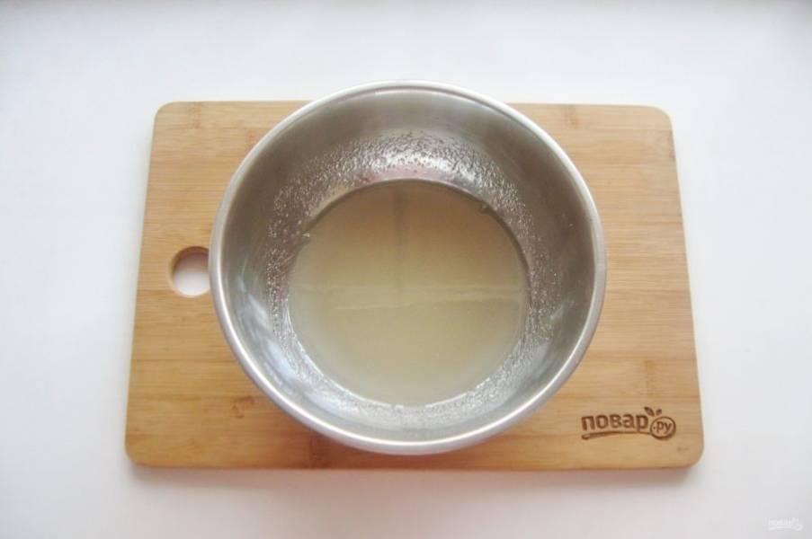 Поставьте на плиту и варите сахарный сироп постоянно перемешивая.