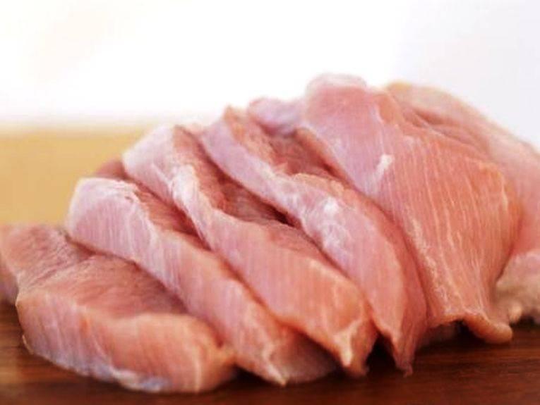 Мясо порежьте кусочками.