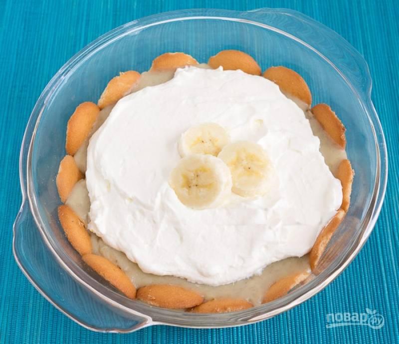 8. В пиалу на печенье вылейте крем, остудите в холодильнике в течение получаса.