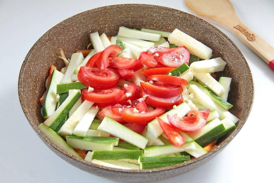 Затем добавьте кабачки, помидор, чеснок и соль по вкусу.