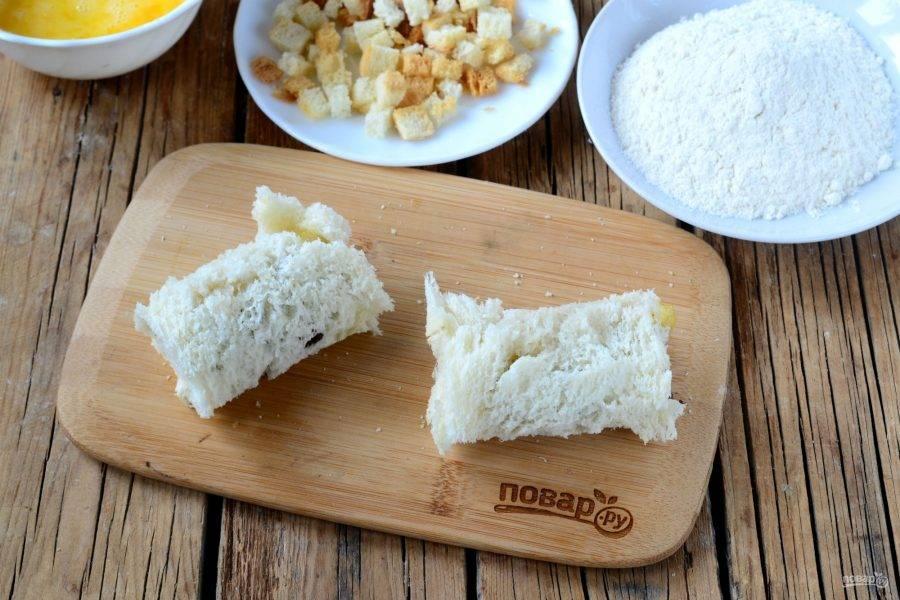Заверните хлеб с начинкой в рулетик. Обмакните сначала в яйцо, затем в муку, снова в яйцо, и наконец в покупные или приготовленные самостоятельно из того же тостерного хлеба сухарики.