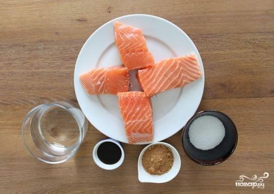 1. Вырежьте филе лосося и поделите на равные крупные куски. В большой миске смешайте соль, сахар, соевый соус для аромата (можно не использовать) и 1 литр холодной воды. Залейте рыбу получившимся раствором и дайте просолиться от 8 до 12 часов.