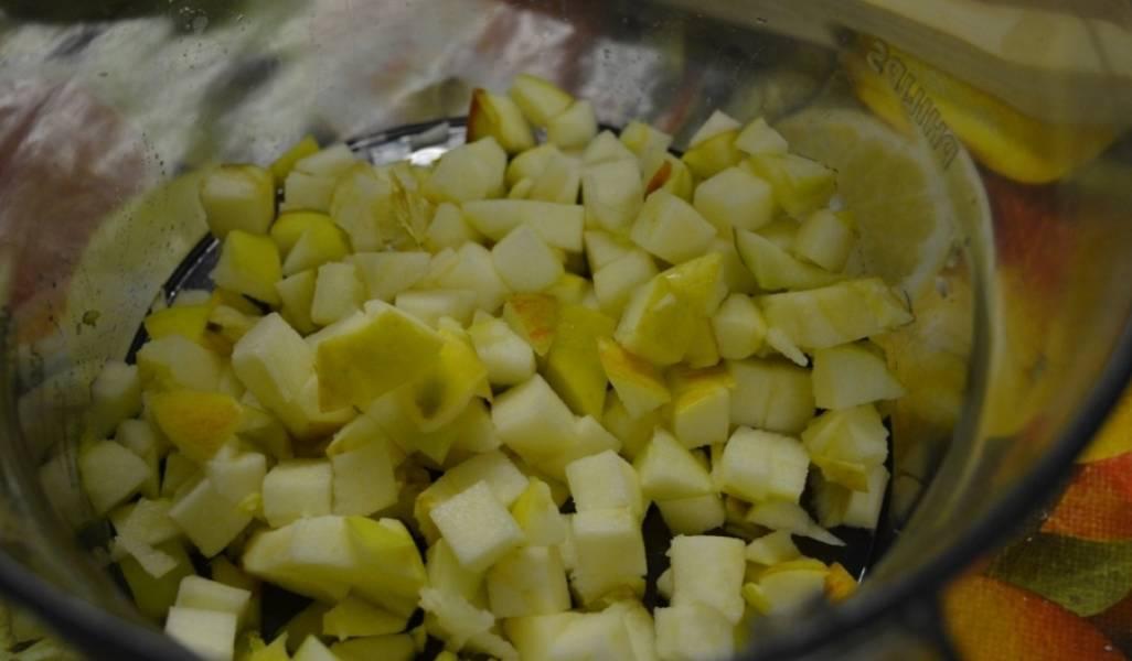 Яблоки промойте холодной водой, очистите от кожуры и семян. Порежьте кубиками и сложите в емкость. Сверху посыпьте сахаром и выдавите сок половинки лимона. Перемешайте.