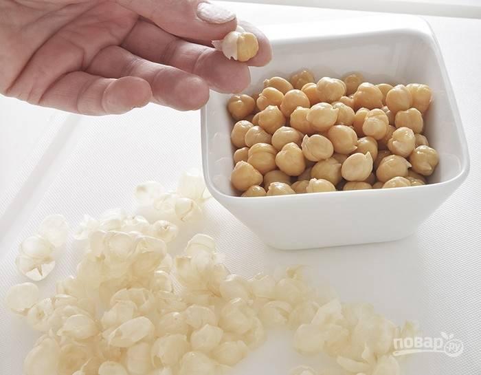 1.В этом рецепте можно использовать консервированный или отваренный заранее сухой нут. Главное — снять верхнюю тонкую оболочку с бобовых.