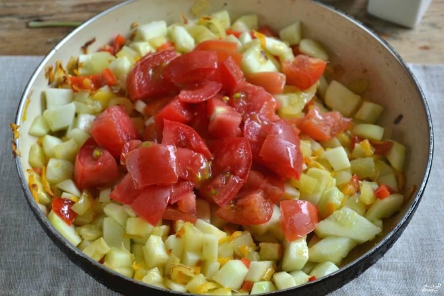 Потом высыпьте нарезанные крупными кусочками помидоры. Тушите икру на медленном огне, пока помидоры полностью разварятся. Посолите, добавьте лавровый лист и хорошо перемешайте.