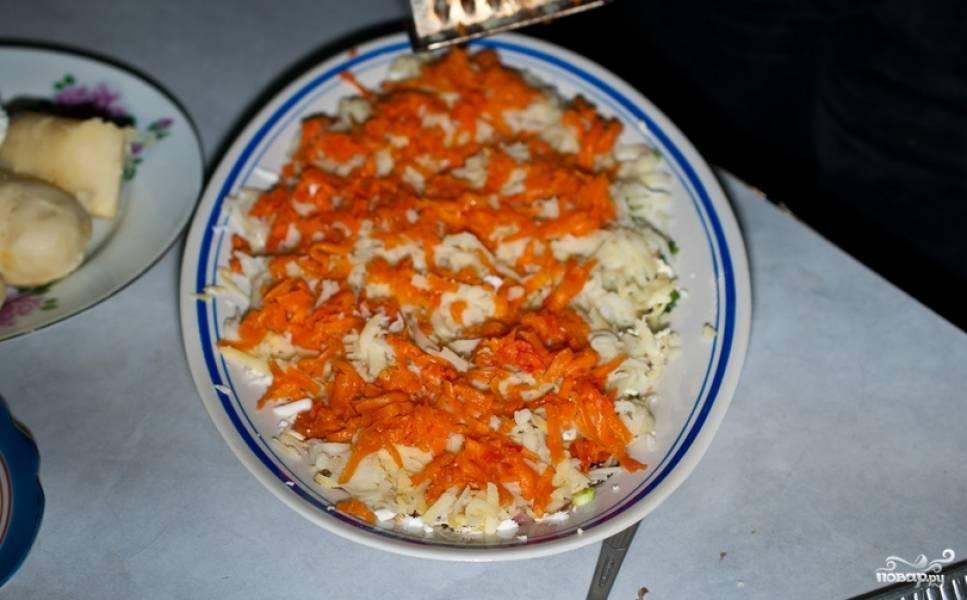 Следующий слой - отварная морковь, также тертая.