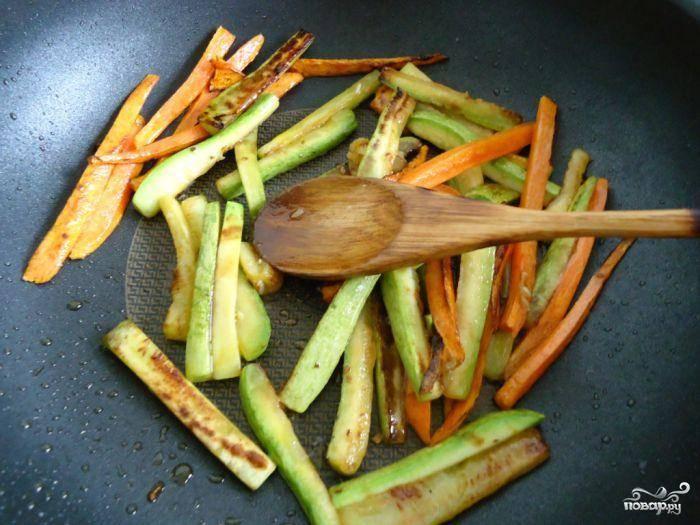 В сковороде с небольшим количеством масла на большом огне обжариваем наши овощи, постоянно помешивая (если кто в курсе, это называется стир фрай). Буквально 3-4 минуты.
