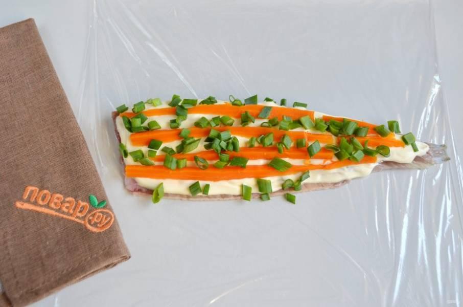 4. Положите порезанную полосочками или кубиками морковь, зеленый лук.