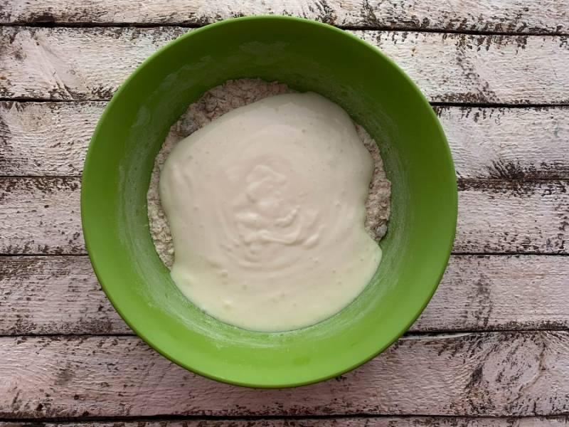 Йогурт добавьте к сухим ингредиентам и все хорошо перемешайте.