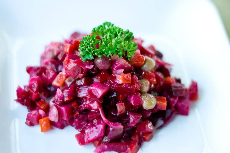 Порежьте все остальные овощи кубиками, а также огурчики маринованные. Затем все ингредиенты смешайте и заправьте маслом растительным. Добавьте специи.  Подавайте готовый постный винигрет охлажденным. Приятного аппетита!