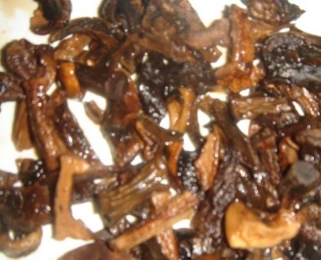Бросьте грибы в кипящий мясной бульон.
