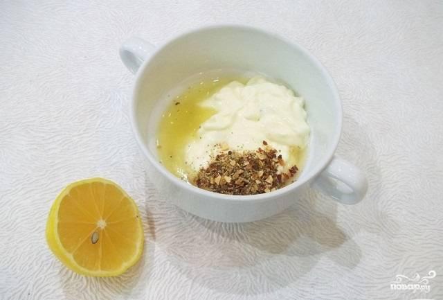3.В отдельной миске готовим маринад. Для этого выкладываем туда майонез, лимон разрезаем на 2 части, выдавливаем сок из одной, солим и перчим, добавляем приправы к рыбе по вкусу.