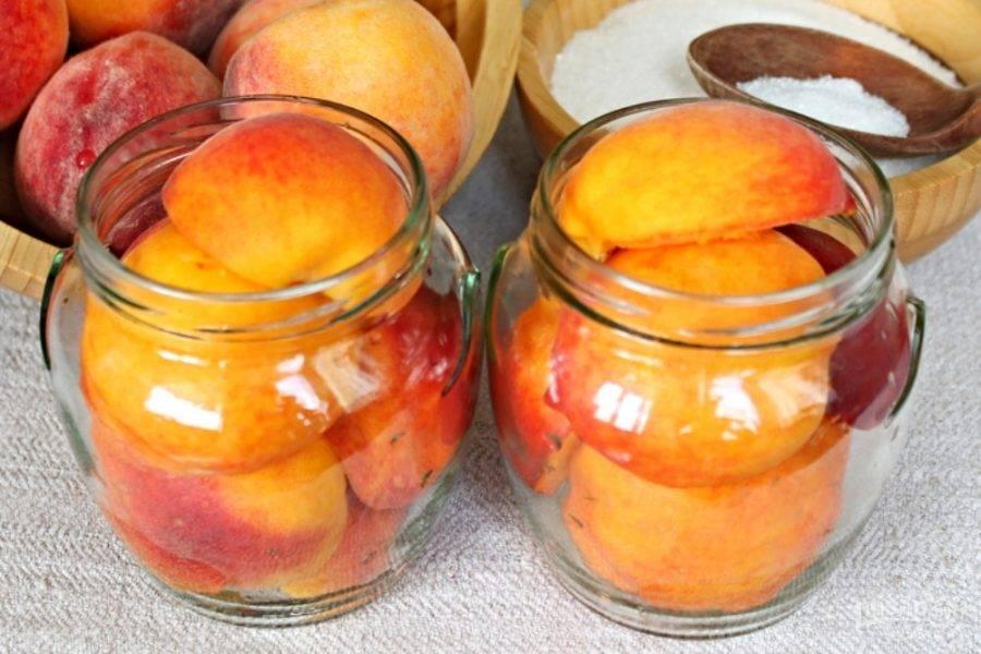Половинки персика раскладываем по банкам сферой вверх.