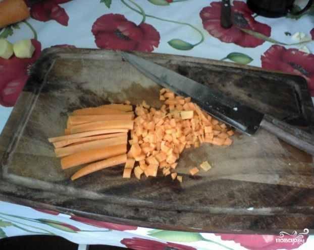 Морковь почтить и нарезать: кубиками, брусочками, ломтиками или соломкой, особого значения не имеет. Главное, не трите ее на терке - кусочки моркови должны быть ощутимы.