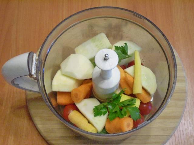 В чашу измельчителя кладем все овощи.