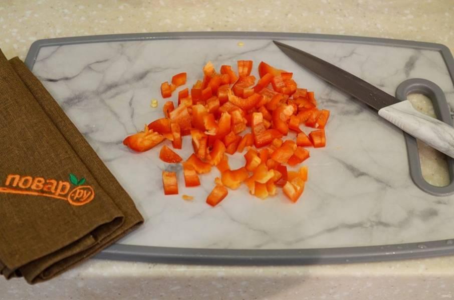 2. У перца удалите семена и нарежьте мелким кубиком.