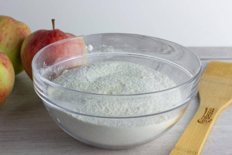 В миске смешайте муку, манку, сахар и разрыхлитель.