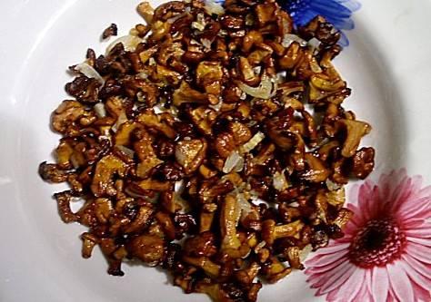 Для начала нам необходимо обжарить лисички вместе с луком до готовности, посолить и поперчить их. Оставляем парочку грибочков для украшения, а остальные выкладываем на тарелку и смазываем небольшим слоем майонеза.